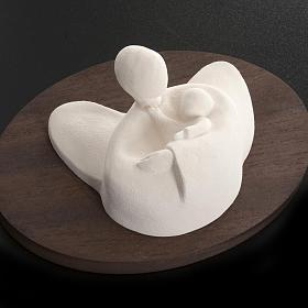 Ange avec enfant en argile réfractaire sur bois 14 cm s3