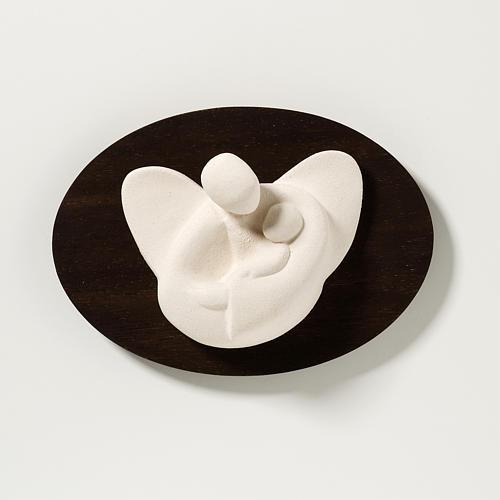 Ange avec enfant en argile réfractaire sur bois 14 cm 1