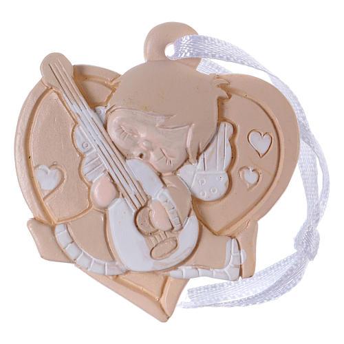 Anges 4,5 cm en résine colorée sur coeur beige à suspendre 20 pcs emballage 1
