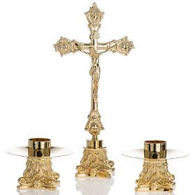 Cruces de altar con candeleros: Altar completo con cruz y candelabros