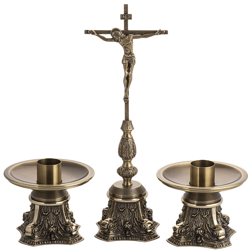 Cruz de mesa y candelabros bronce fundido oxidado 4