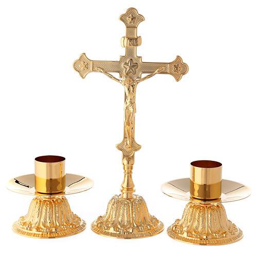 Croce da altare con candelieri base fiorata ottone 1