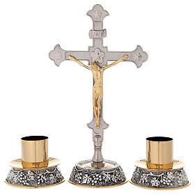 Croce altare base uva e foglie di vite con candelabri s1