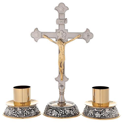 Croce altare base uva e foglie di vite con candelabri 1