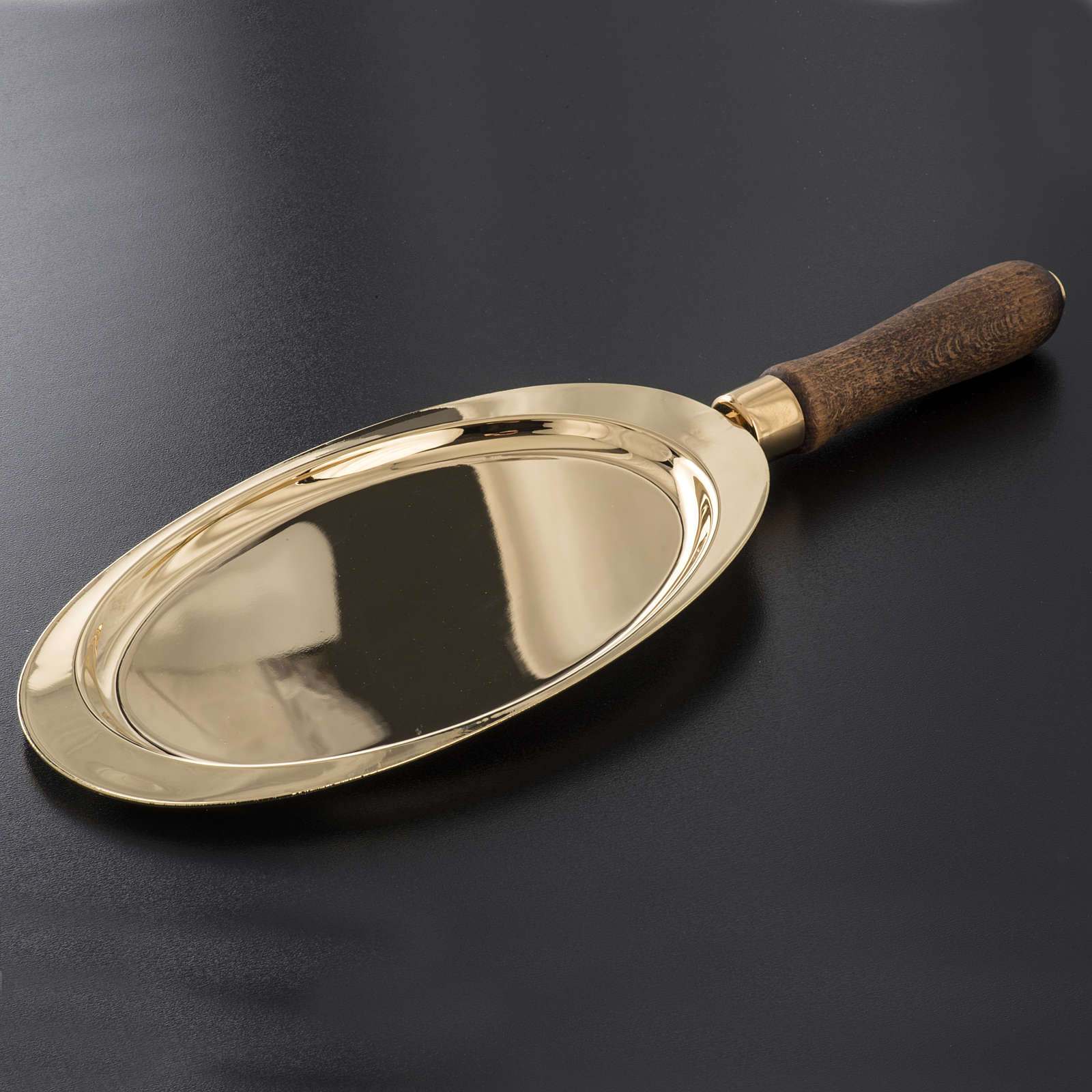 Communion plate in brass with wooden handle 3