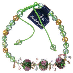 Bracciale con cordoncino verde con grani in cristallo e rose s2