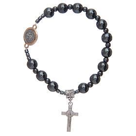 Bracciale rosario elastico con grani in ematite e S. Benedetto s1