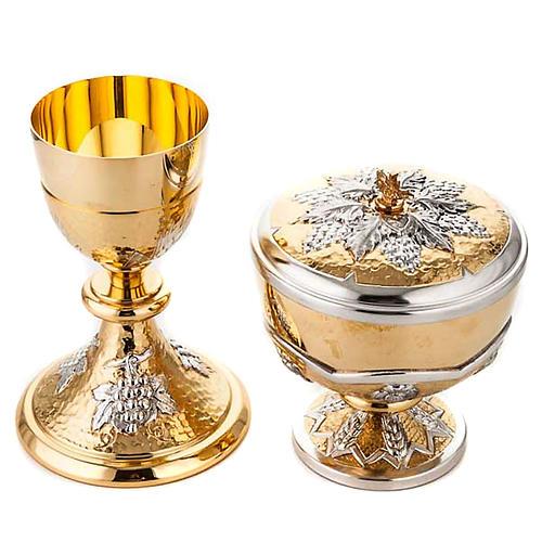 Cáliz y Copón en latón cincelado con Uvas y espigas 1