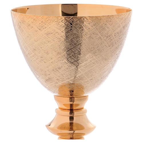 Cáliz y Patena de latón dorado con motivo tallado 20 cm 2