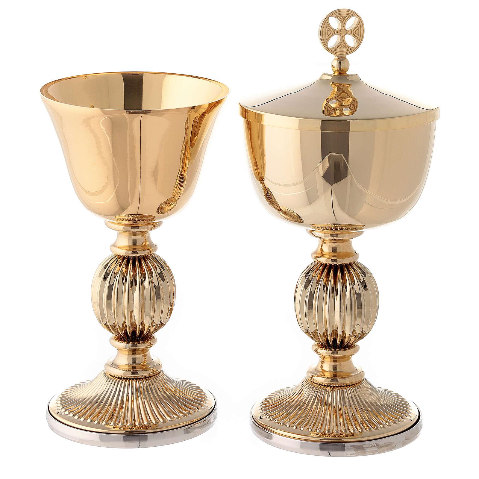 Cáliz y copón de latón dorado con incisiones clásicas 4