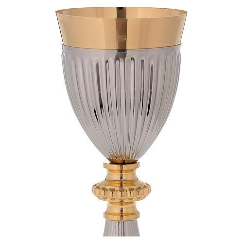 Cáliz de latón dorado con base y base de la copa martillada en contraste 2