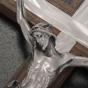Crucifixo madeira clara e metal elemento embutido imitação madrepérola s3