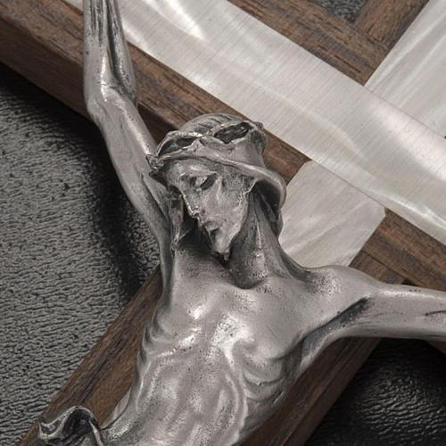 Crucifixo madeira clara e metal elemento embutido imitação madrepérola 3