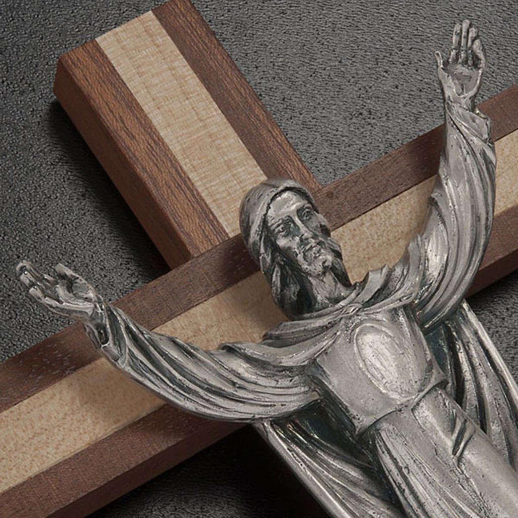Cristo resucitado sobre una cruz de madera caoba y pino 4