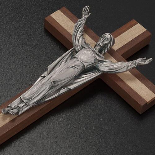 Cristo resucitado sobre una cruz de madera caoba y pino 3