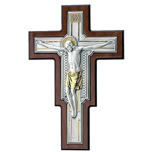 Crucifijo metal plateado y dorado sobre la madera 1