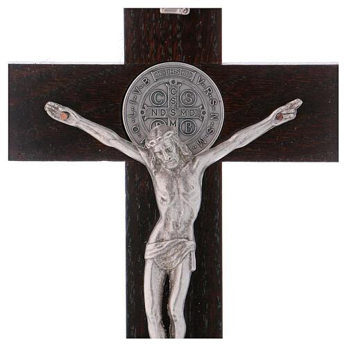 Kreuz von Sankt Benedikt aus Holz in der Farbe Nussbaum mit Sockel, 25 x 12 cm