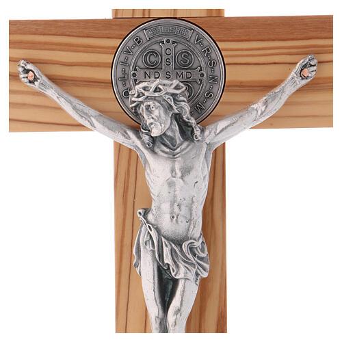 Kreuz von Sankt Benedikt aus Olivenbaumholz mit Sockel, 30 x 15 cm