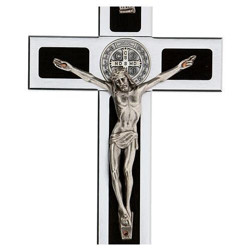 Kreuz von Sankt Benedikt aus Holz und Aluminium mit Sockel, 25 x 10 cm