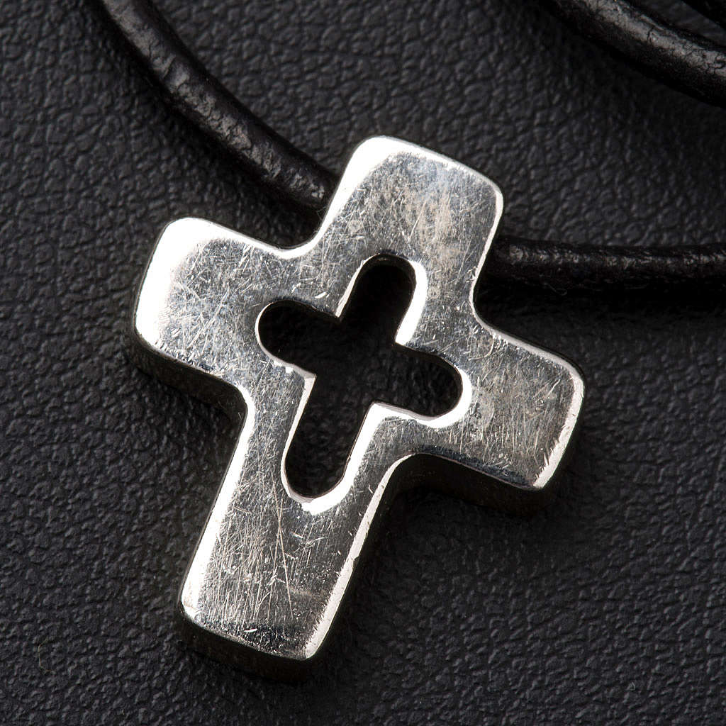 Colgante de cruz plata con tallado 4