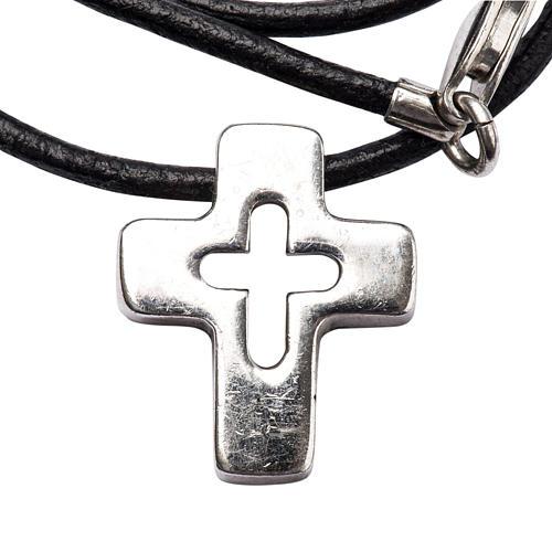 Colgante de cruz plata con tallado 1
