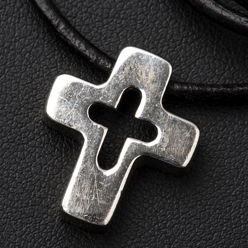 Colgante de cruz plata con tallado 3