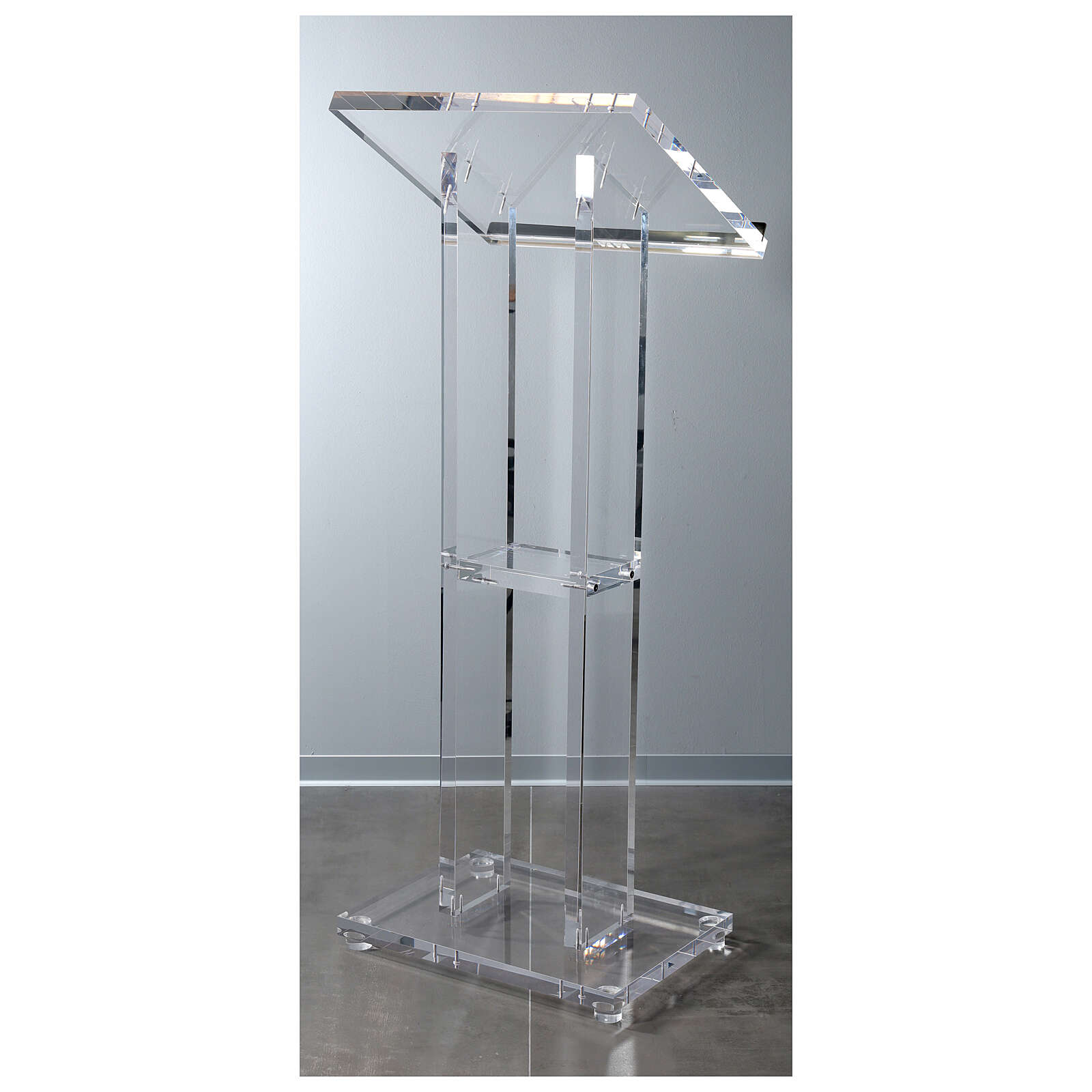 Molina lectern in perspex 4