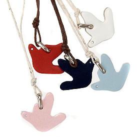 Dije de palomas de varios colores con cuero s1
