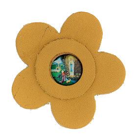 Imán flor estilizado verdadero cuero amarillo Virgen Lourdes 5 cm s1