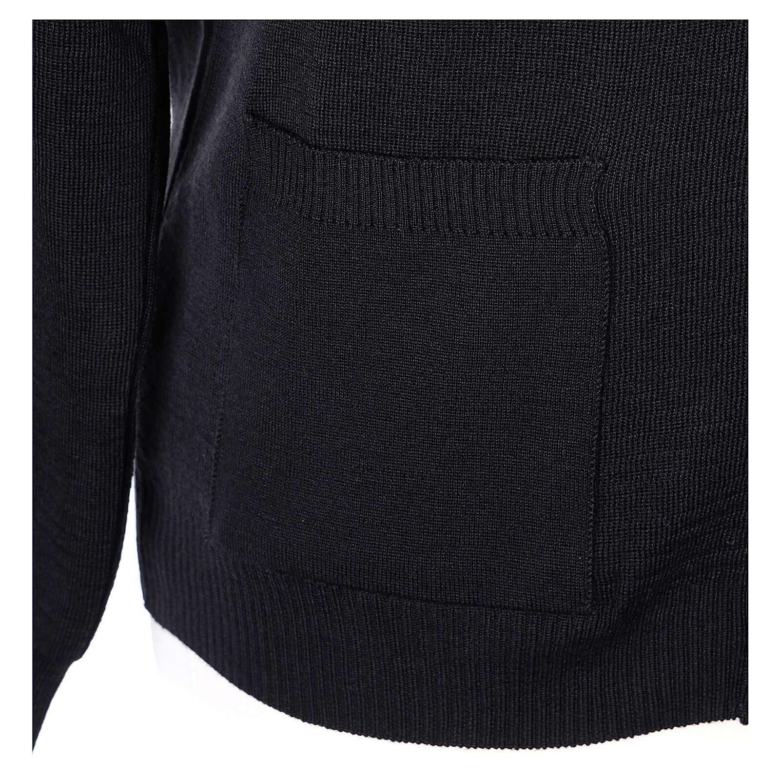 Sweter rozpinany na guziki dla księdza czarny kieszonki 50% wełna merynos 50% akryl In Primis 4