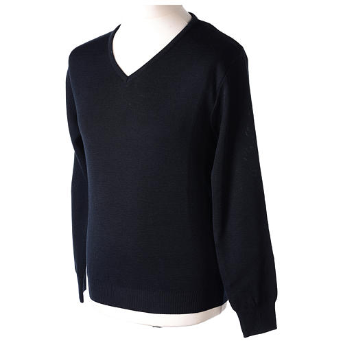 Pull col en V bleu prêtre en tricot uni 50% laine mérinos 50% acrylique In Primis 3