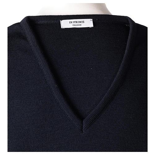 Pull col en V bleu prêtre en tricot uni 50% laine mérinos 50% acrylique In Primis 6