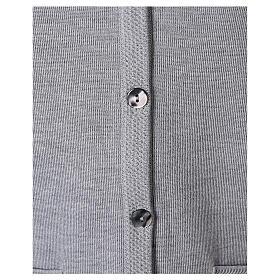 Gilet gris perle pour soeur avec poches col en V 50% acrylique 50% laine mérinos In Primis s4