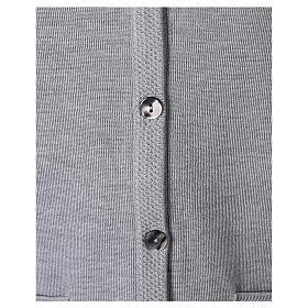 Gilet grigio perla suora con tasche collo a V 50% acrilico 50% lana merino In Primis s4