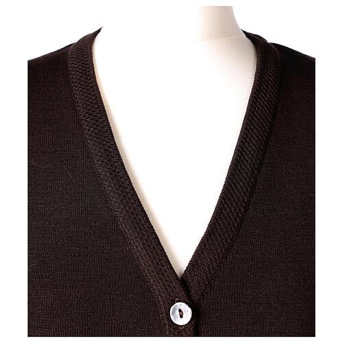 Colete castanho decote em V para freira com bolsos, 50% acrílico e 50% lã de merino, linha