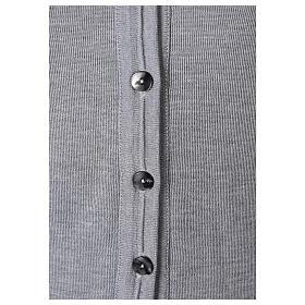 Gilet gris perle court col en V 50% acrylique 50% laine mérinos pour soeur In Primis s3