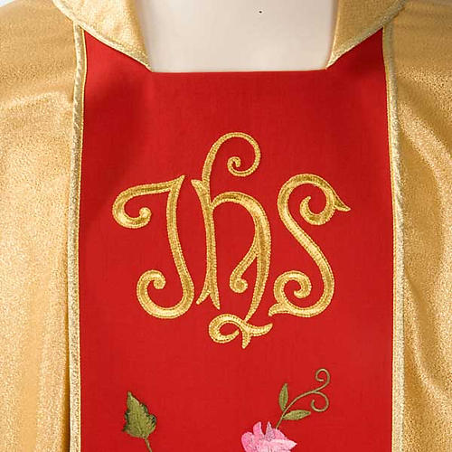 Chasuble dorée bande rouge IHS roses 3