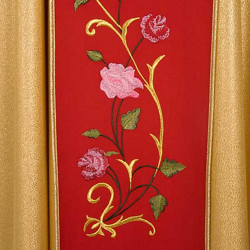 Chasuble dorée bande rouge IHS roses 4