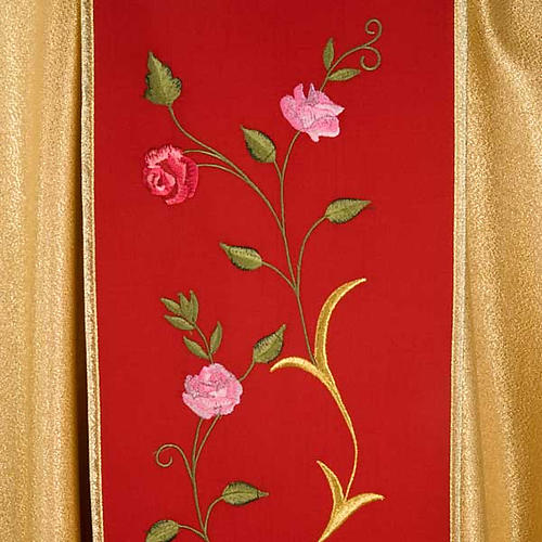 Chasuble dorée bande rouge IHS roses 5