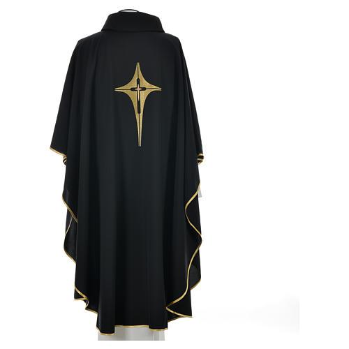 Casulla negra 100% poliéster con cruz estilizada 5