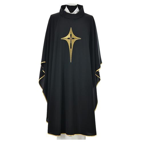 Casulla negra 100% poliéster con cruz estilizada 1