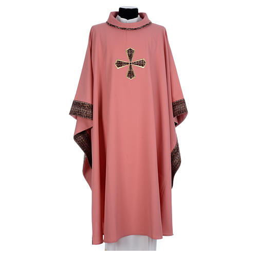 Chasuble rose 100% polyester inserts tissu croix brodée 1