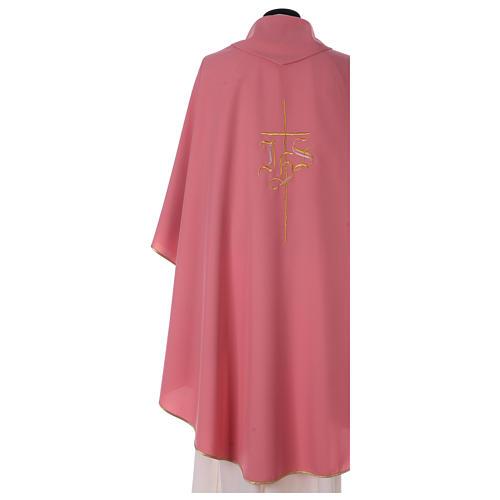 Casulla rosa poliéster IHS cruz estilizada 4