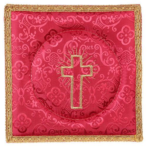 Cubre cáliz rígido cruz bordada en adamascado rojo 1