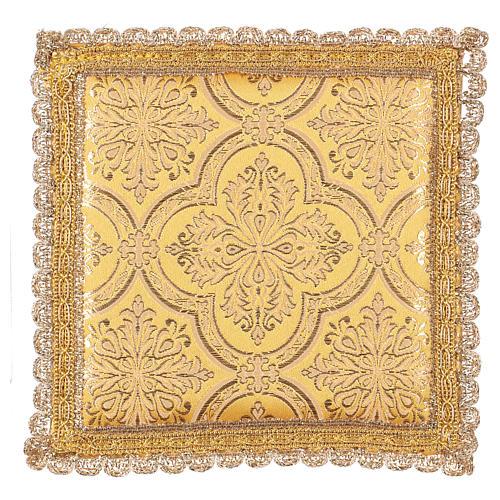 Pale pour calice motif croix sur tissu brocart jaune 1