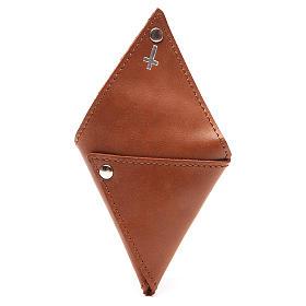 Portarosario triangular de piel marrón con cruz s3