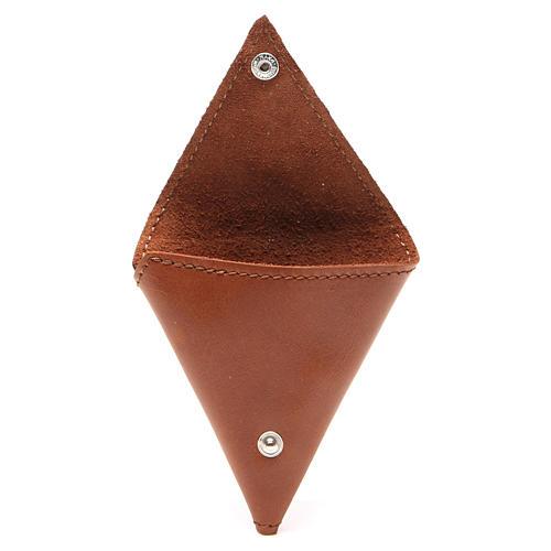 Portarosario triangular de piel marrón con cruz 2
