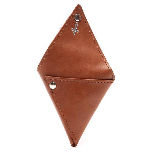 Portarosario triangular de piel marrón con cruz 3