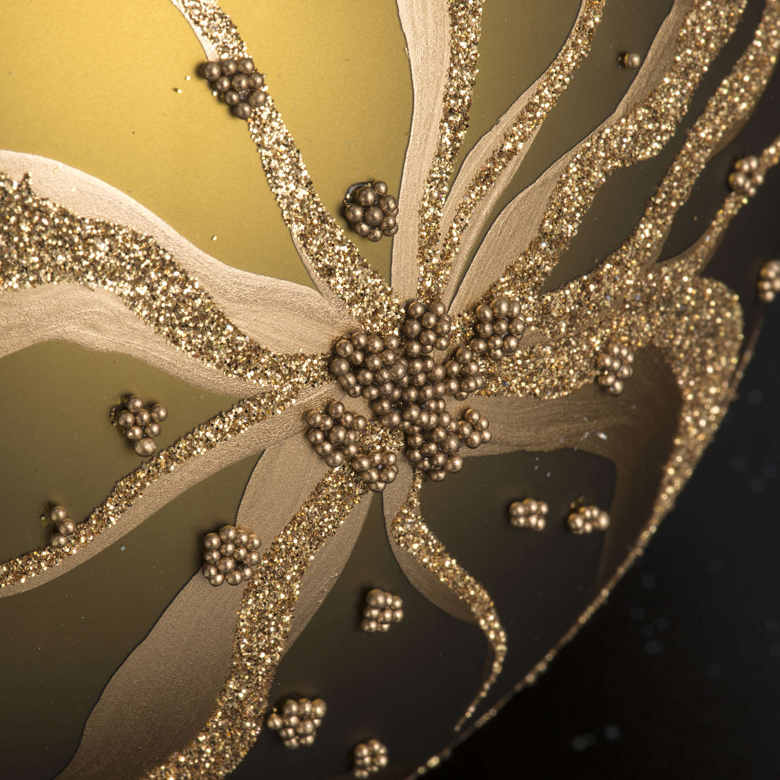 Tannenbaumkugel aus Glas mit goldenen Blumen, 15cm 4