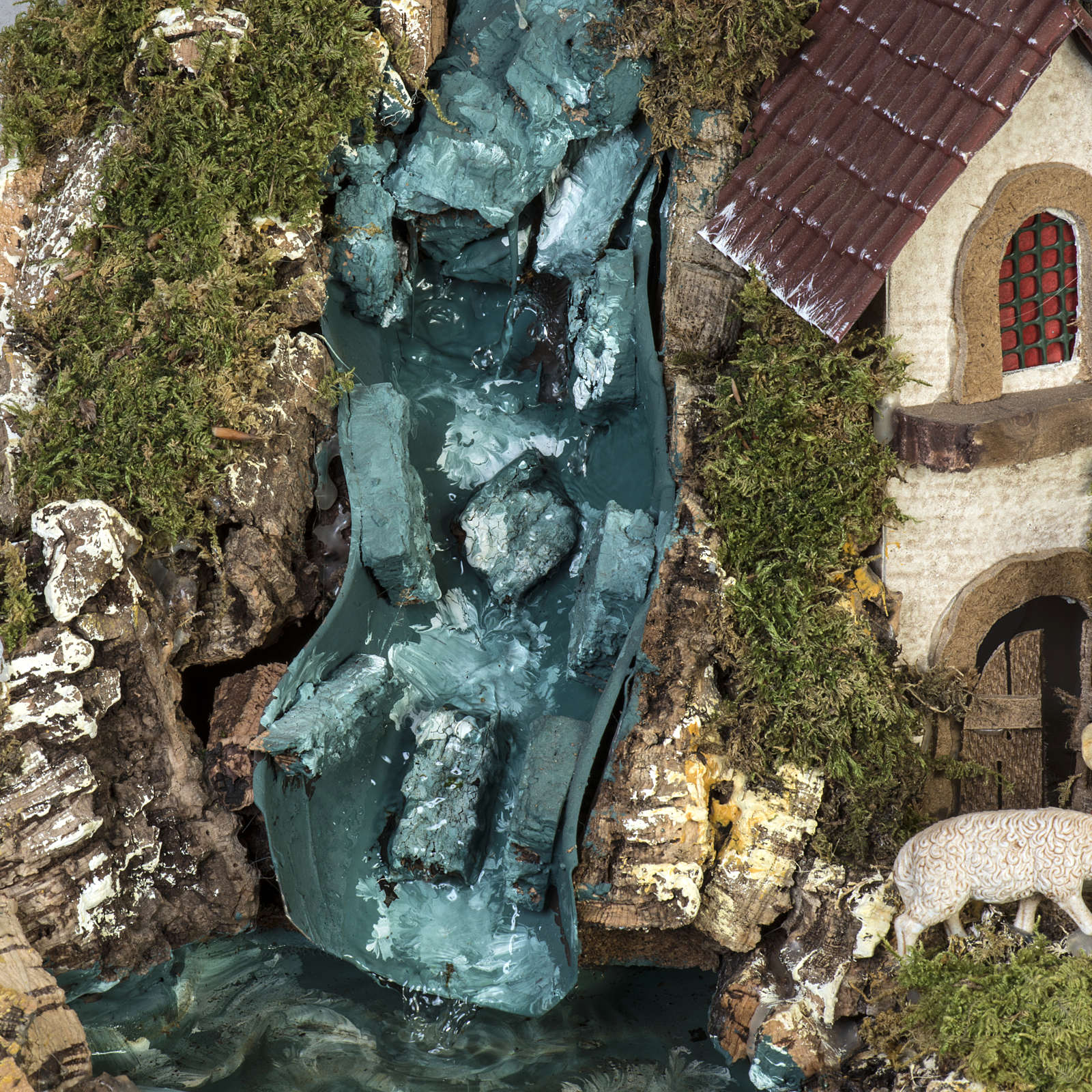 Bourg illuminé crèche Noel avec étable cascade 4